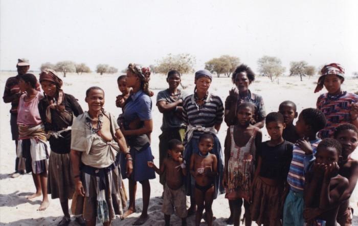 Donne e bambini del villaggio di Boscimani Molapo nel Kalahari centrale, 1998. Foto di Sabina Marineo