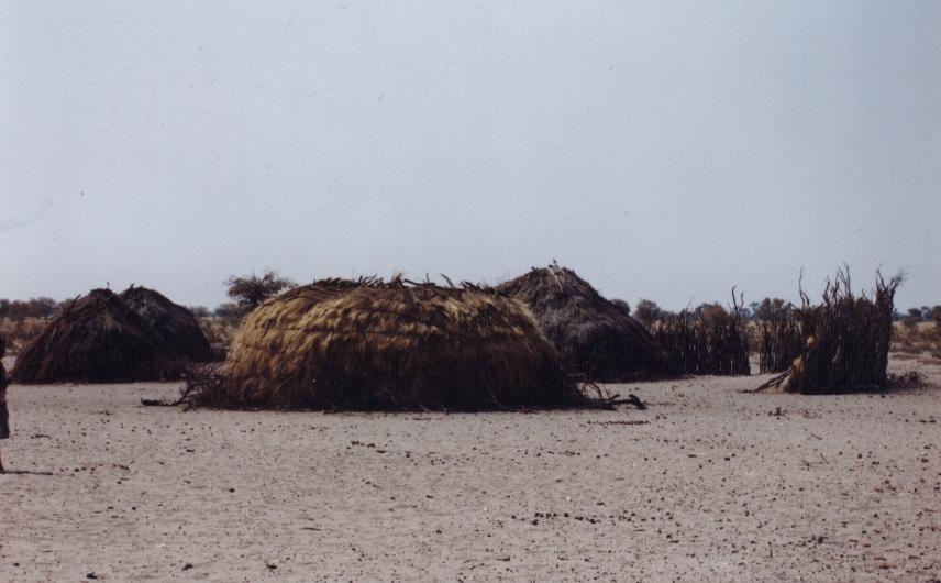 Villaggio di Boscimani Molapo, Central Kalahari Game Reserve, Botswana. 1998. Foto di Sabina Marineo