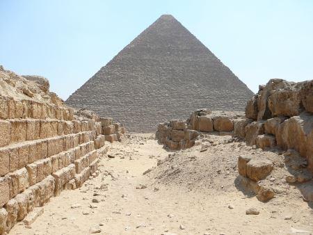 Piramide di Cheope vista dalla necropoli ovest. Foto di Sabina Marineo.