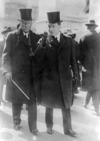 John D. Rockefeller senior a sinistra e John D. Rockefeller junior a destra. Foto storica.