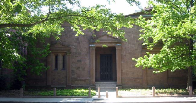 """Foto attuale della """"Tomb"""", edificio della Skull & Bones."""