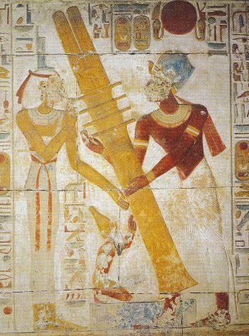 Rappresentazione geroglifica dell'innalzamento del Djed. Tempio di Sethos I, Abydos. Al geroglifico del Djed si accompagna spesso quello del Netjer.