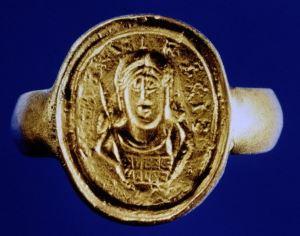 Anello-sigillo di re Childerico I. Da notare il ritratto del sovrano con barba e i tipici capelli lunghi.