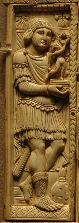 Soldato al servizio dell'imperatore Giustiniano. I capelli lunghi denotano, probabilmente, un soldato franco.Dittico Barberini, VI secolo. Museo del Louvre.