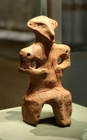 Figurina di creta della cultura Vinca che rappresenta la dea-uccello seduta sul trono.