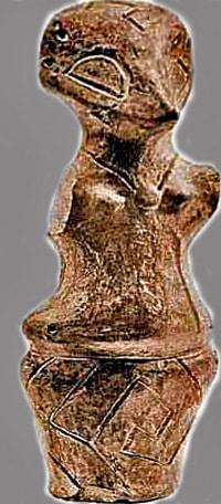 Dea-uccello. Cultura della Vecchia Europa, Vinca. La dea porta una maschera di uccello, un medaglione sul petto e sulla sua gonna così come sulla maschera appare un disegno a labirinto, tipico simbolo dell'acqua. 4500-4000 a.C.