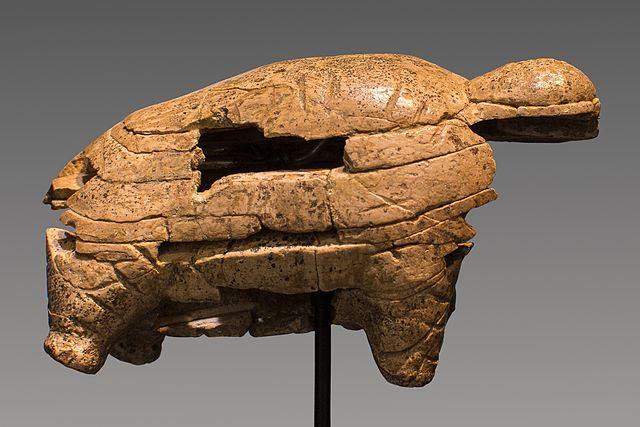 "Mammut, avorio, 40.000- 35.000 anni fa., 6,7 x 3,8 x 2,9 cm, Riparo Geissenklosterle, Blaubeuren Foto: ""Thilo Parg / Wikimedia Commons"", ""Lizenz: CC BY-SA 3.0"""