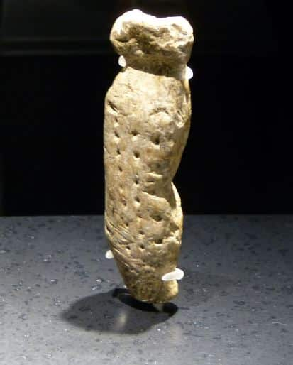 """Figura umana, avorio di mammut, Grotta Vogelherd, ca. 35.000 anni fa. Foto: Mogadir, Creative-Commons-Lizenz """"Namensnennung – Weitergabe unter gleichen Bedingungen 3.0 nicht portiert"""""""