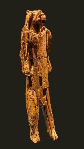 """Uomo-leone di Hohlenstein Stadel. ca. 40.000-35.000 anni fa, forse anche più antico. Avorio di mammut, ca. 30 cm. Sito ritrovamento Grotta Hohlenstein-Stadel, Lonetal, Ulm. Foto """"Dagmar Hollmann / Wikimedia Commons"""" """"Lizenz: CC BY-SA 3.0"""""""