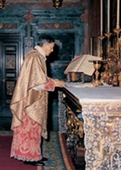 Il fondatore dell'Opus Dei Josemaria Escrivé durante una messa. Dominio pubblico.