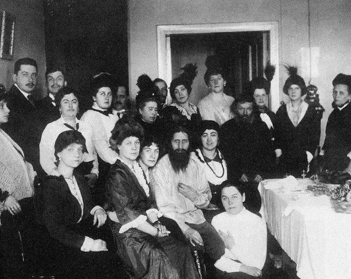 Rasputin (nel mezzo) insieme con un gruppo di seguaci. Il secondo uomo a destra vestito di scuro e con la barba è suo padre.