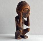 Africa misteriosa. Statuetta dei Chokwe, Congo. Il pensatore, tipica figura dell'arte chokwe. Foto: Sabina Marineo. Proprietà privata.