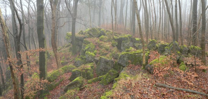 Massiccio dell'Ith nella nebbia. In questi luoghi, secondo la tradizione locale, venivano celebrati riti pagani di matrice germanica.