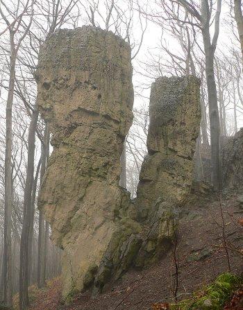 Massiccio dell'Ith. Formazione rocciosa chiamata Adamo ed Eva. Un altro dei tanti siti dall'atmosfera mistica e legato alle leggende germaniche. foto-Axel-Hindemith-CC-BY-3-0.jpg