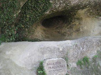 Grotta di Krapina, Croazia dove si sono trovati reperti fossili di ominidi che potrebbero far pensare a un culto dei crani. Dominio pubblico