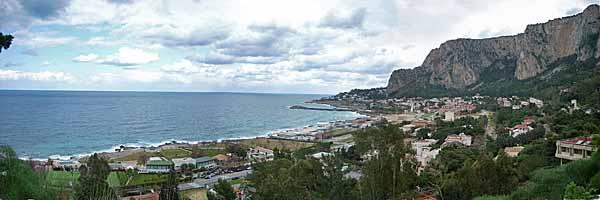 Veduta di Addaura con il Monte Pellegrino sulla destra, in cui si trovano le grotte di Addaura.Foto: Pepposki CC-BY-SA-3.02.52.01.0