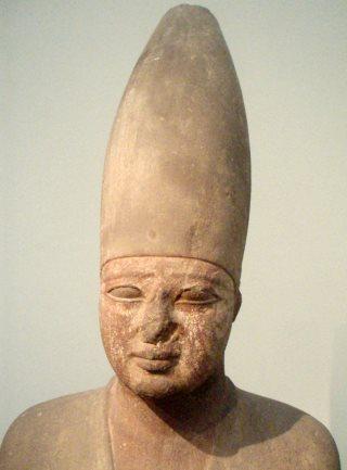 Corone dei faraoni. Mentuhotep III con la corona bianca. Foto: Keith-Schengili-Roberts- CC-BY-SA-2.5