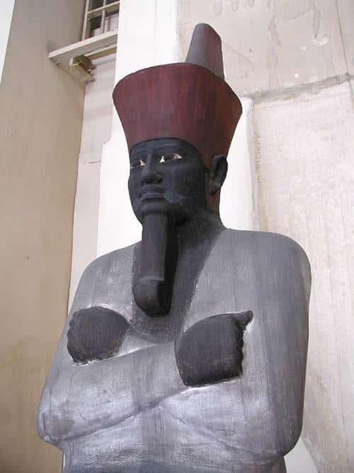 Corone dei faraoni. Mentuhotep II con la corona rossa. Dominio pubblico.