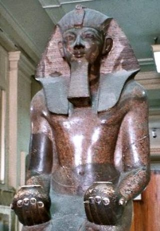 Corone dei faraoni. Tutmosis III con il fazzoletto nemes. Foto: W.wolny CC-BY-SA-3.0