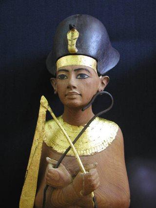 Corone dei faraoni. Tutankhamon con la corona blu. Dominio pubblico.