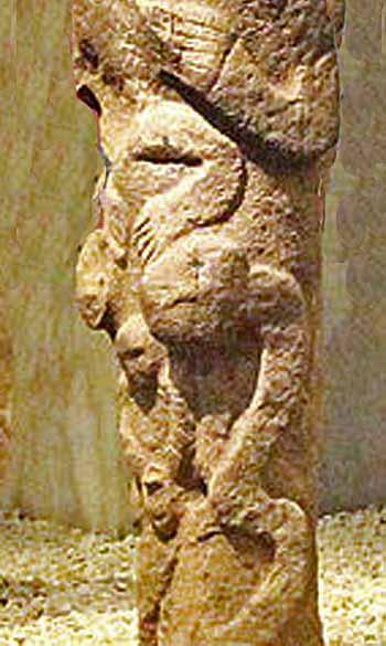 Dettaglio-di-statua-con-serpente-Museo-di- Şanlıurfa Foto -Klaus-Peter Simon - Eigenes WerkCC BY-SA 3.0