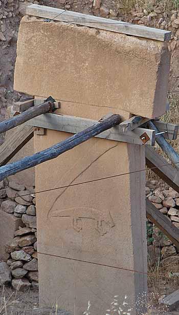 Göbekli-Tepe-raddrizzamento-pilastro-foto-Guérin Nicolas - Eigenes WerkCC BY-SA 3.0