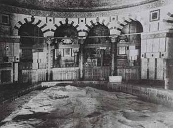 Interno della Cupola della Roccia all'inizio del secolo scorso. Nel mezzo è visibile la roccia sacra. Foto storica.