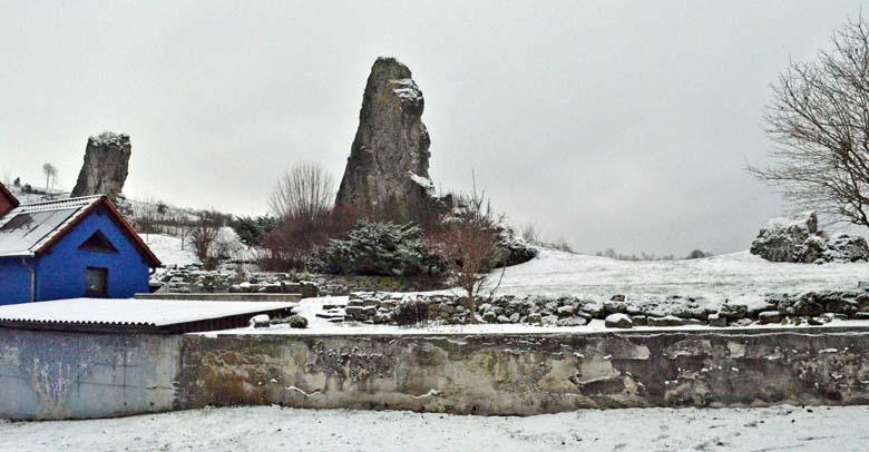 .Hollsteine, le pietre di Frau Holle che si trovano presso il villaggio di Hollstein. Sulla più alta di esse è inciso il segno del serpente. Un omaggio alla dea dell'acqua?