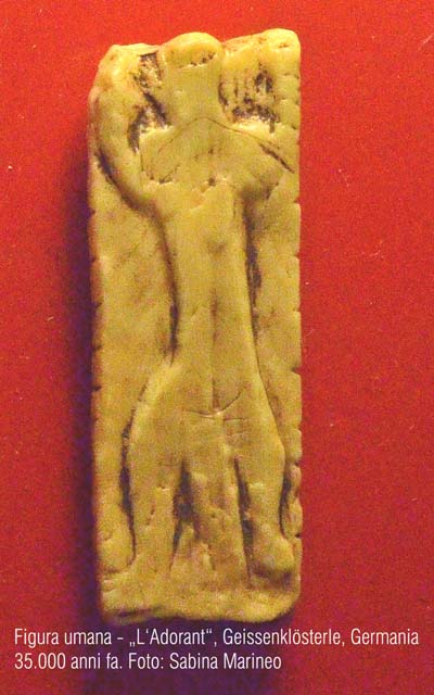 figura umana- L'Adorant - , Grotta Geissenklösterle, Germania. 35.000 anni fa. foto - sabina marineo