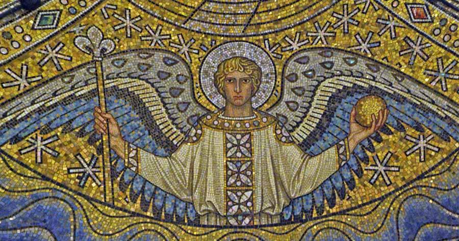 Duomo di Aquisgrana, cupola centrale. Angelo con le insegne regali: scettro a forma di giglio e globo. Il giglio potrebbe derivare dal più antico simbolo dell'Irminsul, albero cosmico. Foto - sabina marineo