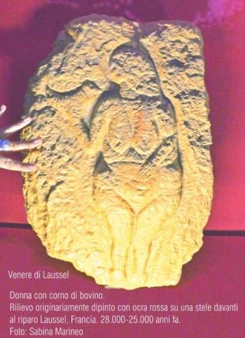 donna con corno di bovino - Venere di Laussel - relievo originariamente dipinto con ocra rossa su una stele davanti al Riparo Laussel, Francia. 28.000 - 25.000 anni fa. foto sabina marineo