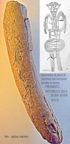 frammento di zanna con incisione astratta di donna. Predmosti, repubblicca Ceca. 29.000 - 28.000 anni fa.