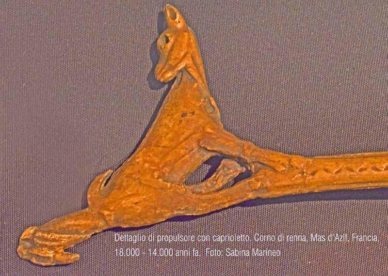 dettaglio di propulsore con caprioletto, corno di renna, Grotta Mas d'Azil, Francia. 18.000 - 14.000 anni fa. foto - sabina marineo