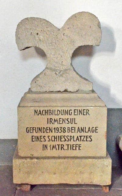 Irminsul di pietra, un modello ridotto dell'albero cosmico dei Germani. Chiesa San Pietro e Paolo, Obermarsberg. Foto - sabina marineo