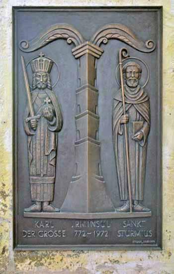Rilievo in bronzo che raffigura l'Irminsul. Ai lati Carlo Magno e il santo Sturmius. Chiesa San Pietro e Paolo, Obermarsberg. Foto - sabina marineo