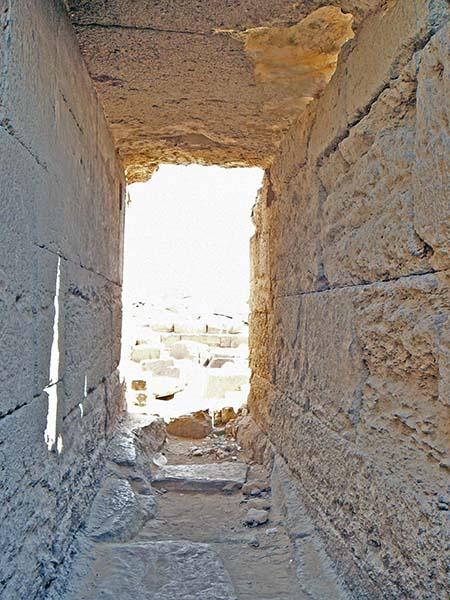 Necropoli di Giza, tempio di Menkaure (Micerino). In un edificio appartenente a un tempio come questo, si trovava la statua del defunto che sarebbe stata oggetto del rito dell'apertura della bocca. Foto - sabina marineo