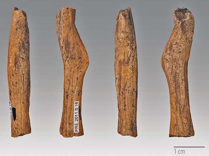 Statuetta di donna in osso, del tipo Gönnersdorf., 4,2 cm. Fontales, Saint-Antonin-Noble-Val, Tarn e Garonne, Francia. Magdaleniano. foto - Didier Descouens CC BY SA 4.0