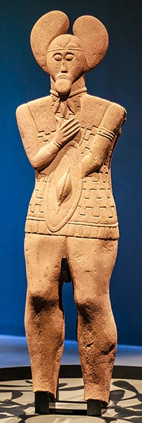 La statua misteriosa del principe di Glauberg trovata nei pressi del tumulo funerario celtico. Il copricapo simboleggia una foglia di vischio, pianta sacra dei Celti. Foto E-W CC BY-SA 3.0