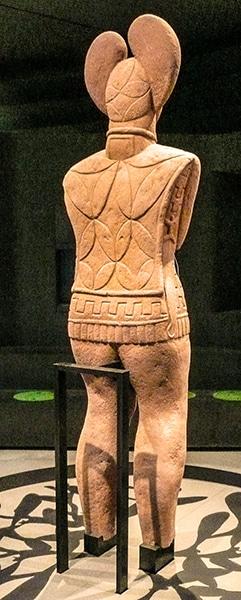 La statua misteriosa del principe di Glauberg trovata nei pressi del tumulo funerario celtico. Il copricapo simboleggia una foglia di vischio, pianta sacra dei Celti. Foto Heinrich Stürzl CC BY 3.0-600