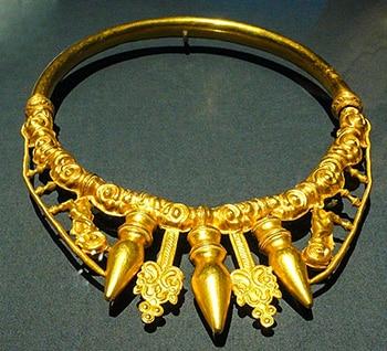 Torque d'oro trovato nella tomba del principe di Glauberg, tumulo 1 della necropoli. Presenta una grande somiglianza con il torque scolpito sulla statua del principe. foto Rosemania - CC BY 2.0