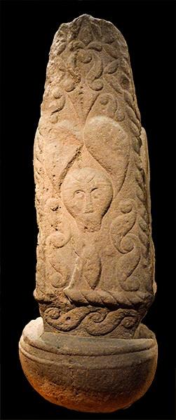 Stele funeraria di Pfalzfeld con raffigurazione del copricapo a foglia di vischio che appare anche sulla statua del principe di Glauberg. Museo Regionale della Renania a Bonn. Foto Sabina Marineo