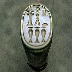 Un sigillo con raffigurazione di pilastro djed. Foto RamaCC-BY-SA-2.0-fr