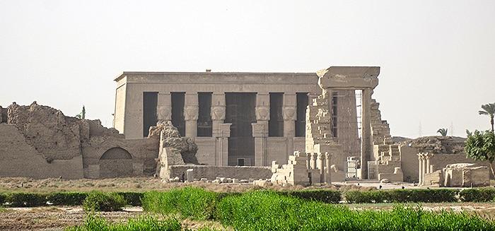 Tempio di Dendera. Al suo interno vi erano sicuramente delle stanze in cui i sacerdoti effettuavano esperimenti con i metalli. Olaf-Tausch-CC-BY-3.0