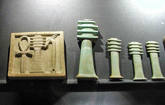 Raccolta di amuleti a pilastro djed del Museo Nazionale di Alessandria. Foto-Néfermaât-CC-BY-SA-2.5