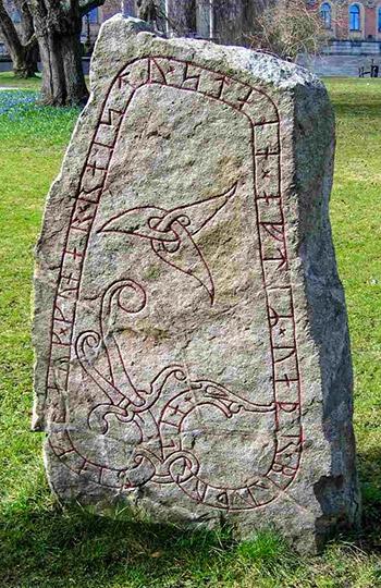 Già Tacito parlò delle rune, sistema di scrittura dei Germani che appaiono anche su questa stele di Uppsala, Svezia