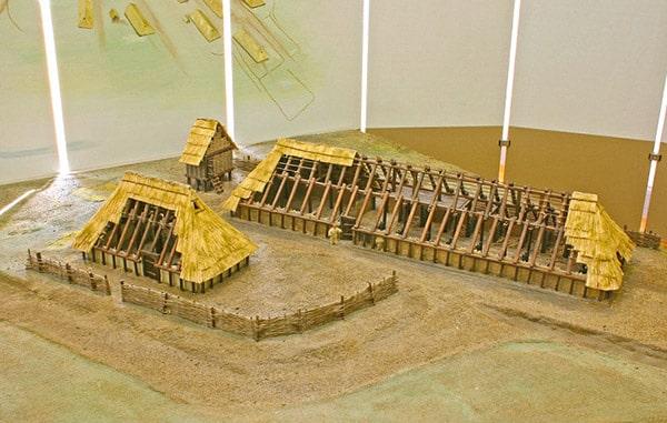 Casa lunga germanica a Feddersen Wierde, Frisia. Ricostruzione. Così dovevano essere le abitazioni della Cultura di Jastorf.