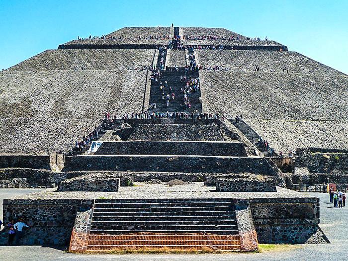 Piramide del Sole. Teotihuacan, Messico. In primo piano l'altare di Quetzacoatl, il serpente piumato. Foto: Rob Young CC BY 2.0