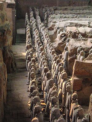 L'esercito di terracotta dell'imperatore Qin Shu Huang, a guardia del suo imponente tumulo funerario, la cosiddetta piramide del Signore cinese. Foto: BrokenSphere CC BY-SA 3.0