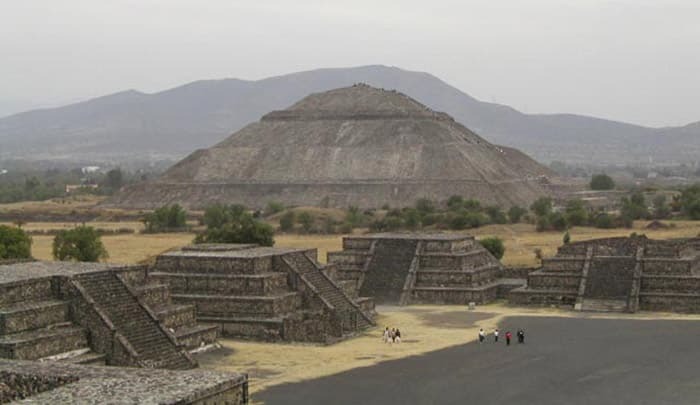 Teotihuacan, la città degli dei. In lontananza la piramide del Sole. Foto: Michael Wassmer from France CC BY 2.0