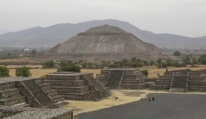 Teotihuacan, la città degli dei. In lontananza la piramide del Sole. Foto: Michael Wassmer from France CC BY 2.0